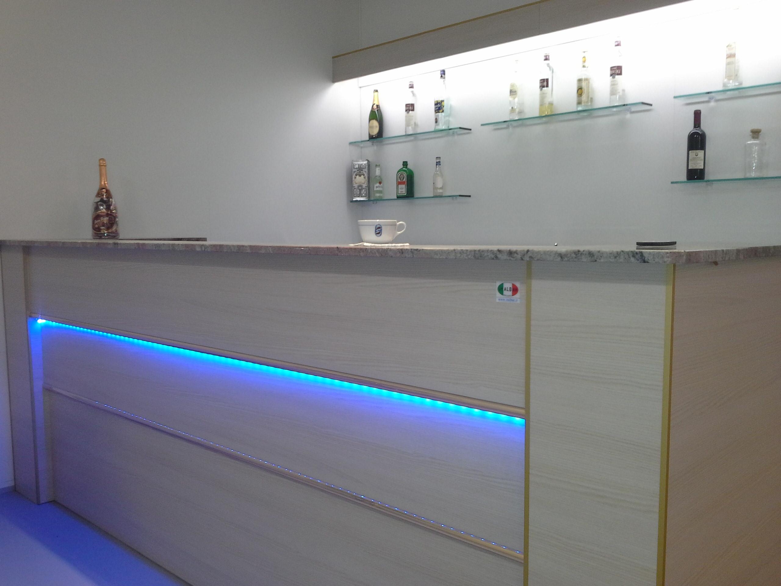 Banco bar milano banco bar shanghai con struttura in for Banconi bar milano
